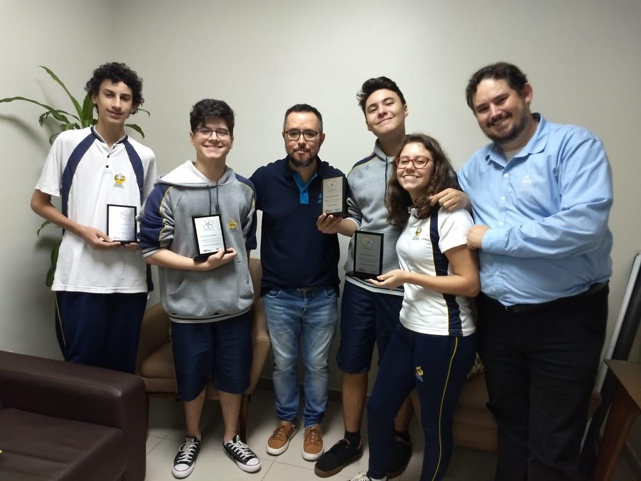 Alunos recebem prêmio da OBF
