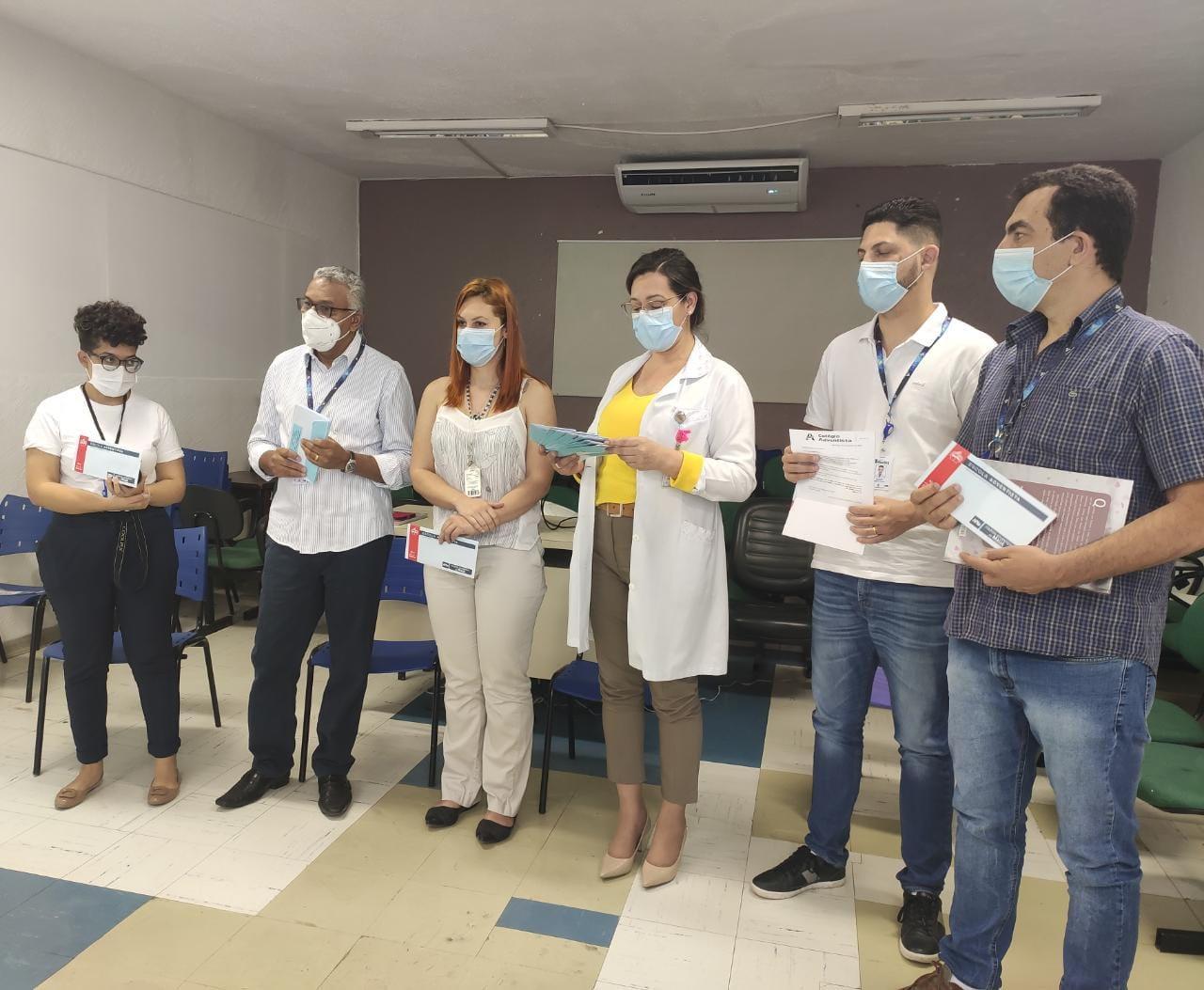 Administração do Colégio de Mauá entregando cartas aos profissionais de saúde do Hospital Nardini