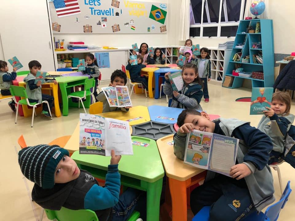 Nas salas de aulas alunos do CAP estudam livro missionário