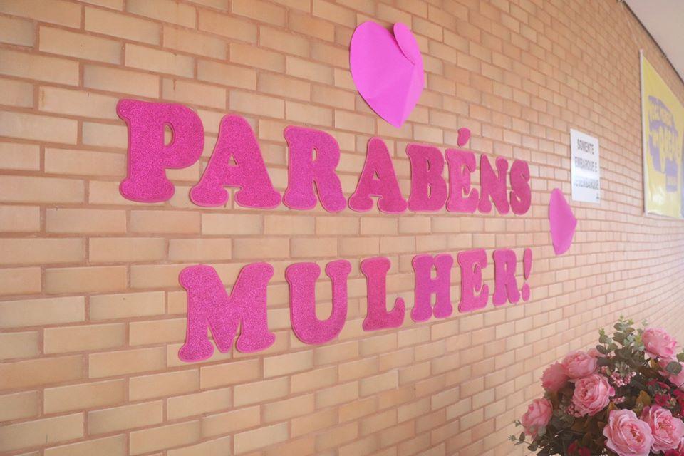 Mães e alunas receberam homenagem pelo Dia Intern. da Mulher